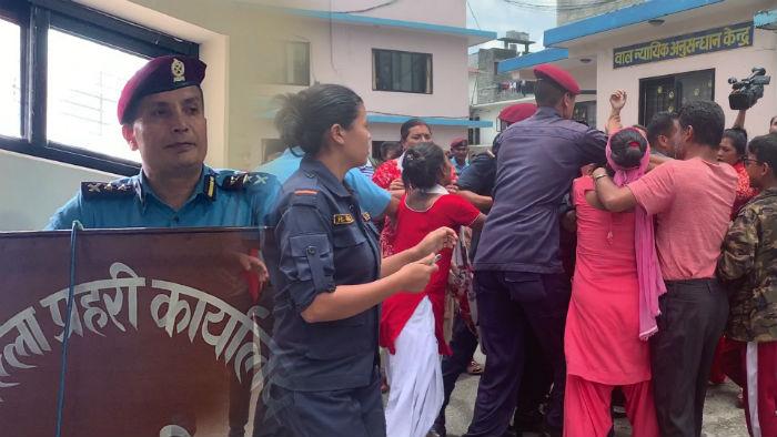 पोखरा काण्ड : लक्ष्मीको हत्यारा प्रहरीद्धारा सार्वजनिक गर्दा प्रहरी कार्यालय भित्रै कुटाकुट [भिडियो सहित]