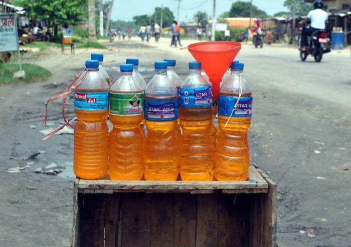 खुला पेट्रोल बिक्रीले गाउँ नै असुरक्षित