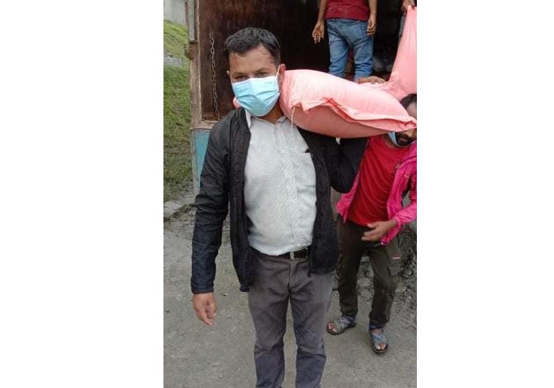 माधव नेपाल समूहका युवाद्वारा इन्द्रावतीका बाढी पिडितलाई राहत वितरण