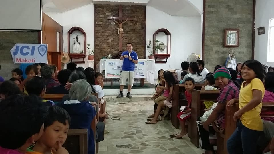 The VoiceMaster inspires families of Silang Cavite in JCI Makati Sakto 4 Pasko