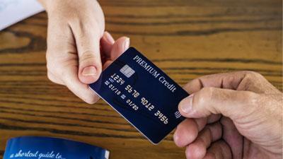 Eine Kreditkarte mit RFID-Symbol