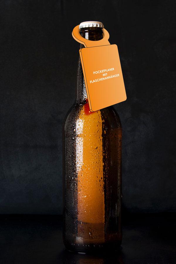 PocketPlaner mit Flaschenanhänger an einer Bierflasche