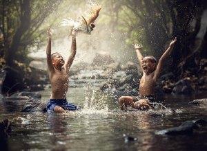 Niños jugando en el lago - Tips para cambiar la vida