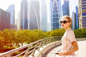 viento-sopla-pelo-mujer-mientras-que-ella-coloca-puente-antes-rascacielos-hermosos-dubai_1304-3057