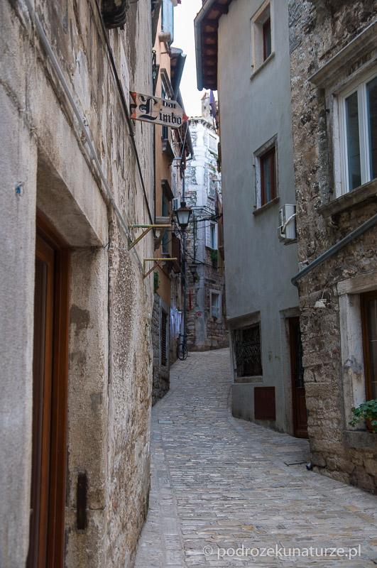 Zabytkowa dzielnica na wzgórzu