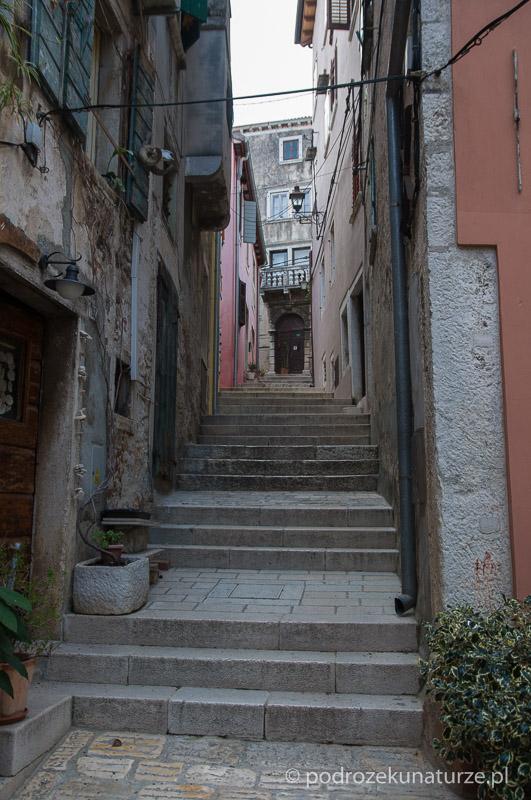 Na kilku uliczkach napotykamy schody - przeszkody nie do pokonania dla naszych obładowanych rowerów