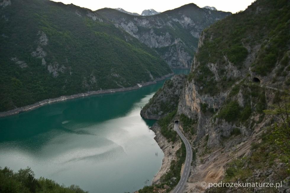 Spektakularny zjazd nad Jezioro Pivskie prze kilkanaście tuneli.
