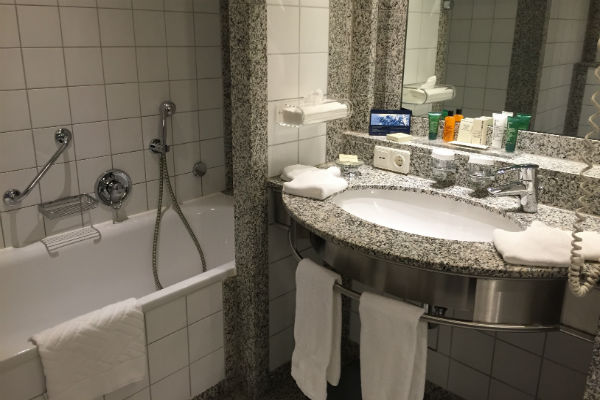 Hilton Munich Airport Junior Suite bathroom