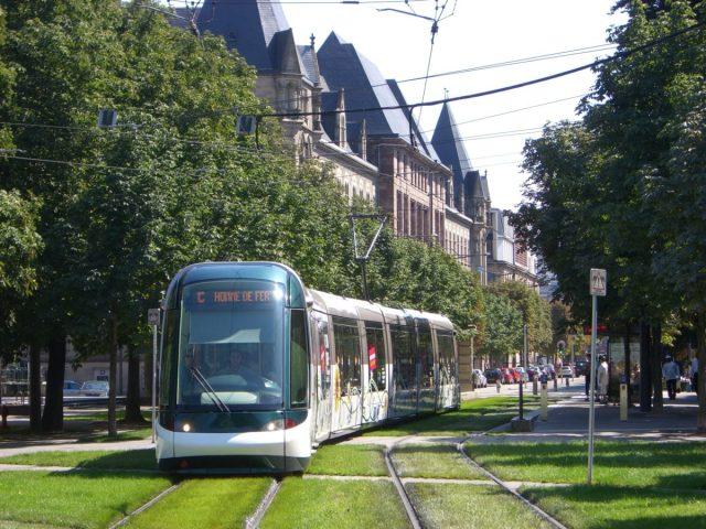 Strasbourg_-_Straßenbahn_-_Rasengleisabschnitt