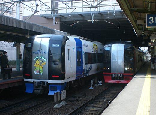 Questo treno navetta che porta dal Central Japan Airport a Nagoya raffigura Pokémon di quarta generazione.