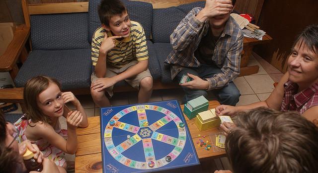 Resultado de imagen de jugando al trivial