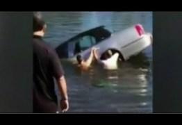 VÍDEO – Estudante salva idoso de 92 anos preso em carro que caiu em lago