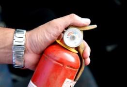 Denatran adia multa para motoristas com extintor antigo no veículo