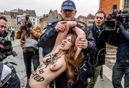 NO PEITO E NA RAÇA: Mulheres de topless se jogam em carro de ex-chefe do FMI em tribunal – VEJA AS FOTOS