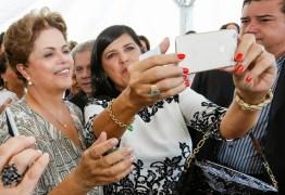 Sem poder viajar, Ricardo envia Lígia a reunião com Dilma