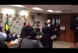 VÍDEO – Sob gritos de 'safado' e 'bandido', Senador chama Ministro para briga