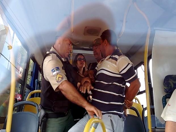 Escrivã PE - VÍDEO - Escrivã da Polícia Civil é flagrada agredindo homens em Petrolina, PE