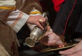 Papa Francisco altera regra da Igreja e inclui mulheres no rito do lava-pés