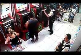 VEJA VÍDEO: Vigilante de caixa eletrônico furta dinheiro de cliente