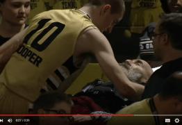 Jogador de basquete sai da quadra para abraçar pai doente, na arquibancada – VEJA VÍDEO
