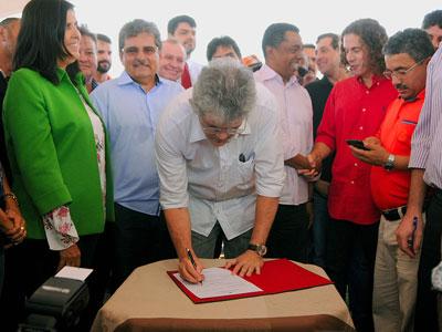 R 4UDR 1 - Ordem para pavimentação de avenida é assinada por Ricardo com presenças de Galdino e Vené