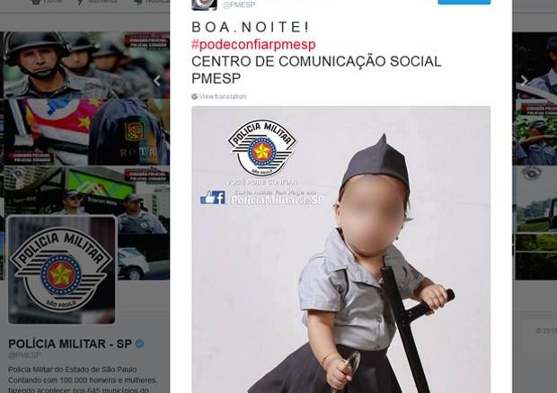 bebe com farda da pm 620x437 - Foto de um bebê usando farda da polícia e segurando um cassetete está causando polêmica na internet