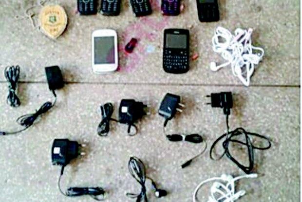celulares1 - Mulher é flagrada com 7 celulares, 5 carregadores e 5 fones de ouvido, tudo dentro de seu anus e vagina