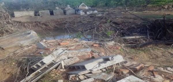 cemiterio2 300x143 - Enxurrada em cidade no Sul do Piauí destrói cemitério e arrasta cadáveres