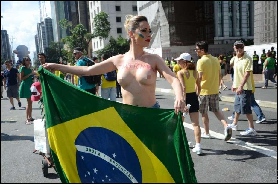 musaprotesto3 - CONFIRA FOTOS: Musas fazem topless no protesto e acabam detidas por atentado ao pudor
