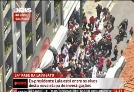 VEJA VÍDEO: Ex-presidente Lula chega à sede do PT e recebe homenagem do partido