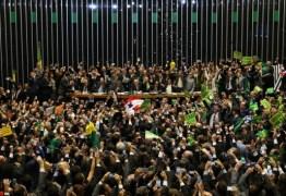 COLUNA SOCIAL DA FOLHA: Garota de programa atende 4 deputados que votaram 'sim' ao impeachment