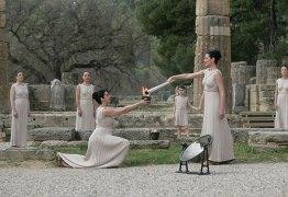 Tocha Olímpica é acesa na Grécia a caminho do Brasil pegando fogo