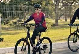 Em domingo de votação do impeachment, Dilma é vista andando de bicicleta em Brasília