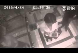 Mulher reage ao ser assediada por homem em elevador