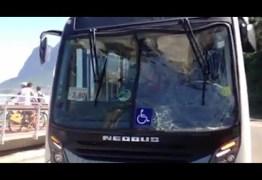 Ônibus é atingido por onda a poucos metros do acidente da ciclovia no RJ – VEJA VÍDEO
