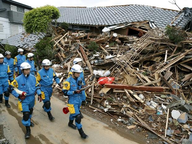 terremoto Japão - Equipes de resgate vasculham destroços de terremotos no Japão