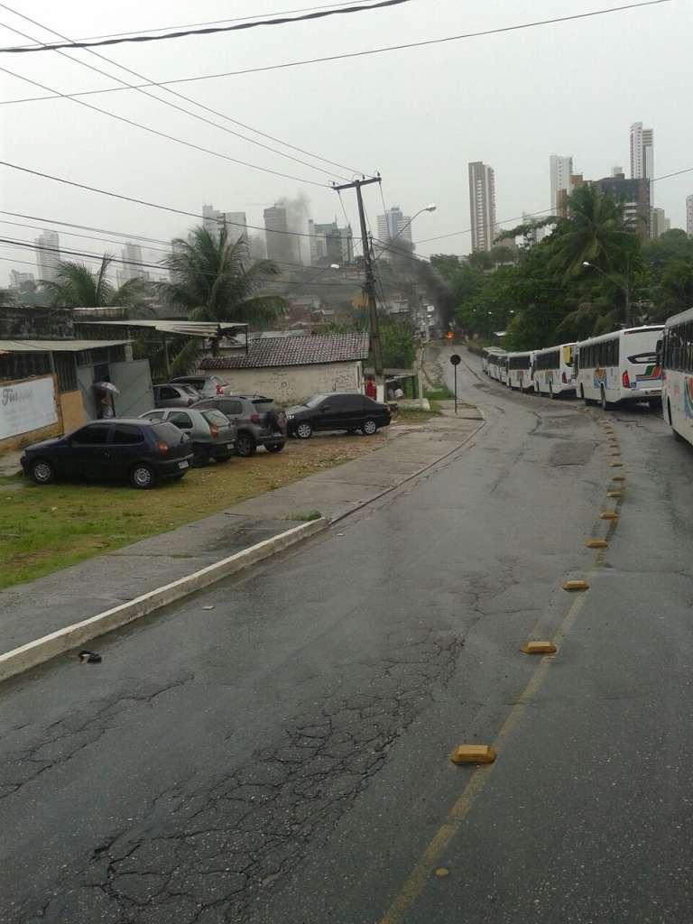 tito silva - Ribeirinhos queimam pneus para protestar contra enchente em João Pessoa