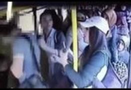 Homem apanha após abusar de passageira em ônibus; ASSISTA