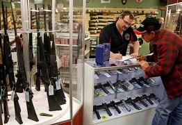 SEM PARCELAMENTO: Interesse por armas cresce em lojas, mas preço assusta