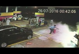 Bomba de combustível pega fogo após carro invadir posto – VEJA VÍDEO