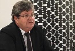João Azevedo cobra projetos ambientais para conter erosão da barreira do Cabo Branco