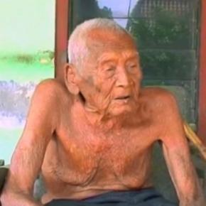 de acordo com um documento mbah gotho teria 145 anos de idade credito youtube skifbullchannel 842683 - O homem que diz ter 145 anos, continua fumando e tem lápide pronta no quintal de casa