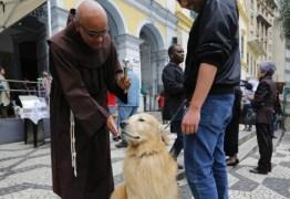 Igreja católica distribui 'ração benta' no dia de São Francisco de Assis