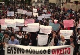 Secundaristas no Paraná ocupam 300 escolas e põem governador sob pressão