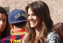 Bruna Marquezine acompanha Neymar em treino do Barcelona e é tietada