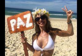 Dani Bananinha exibe corpo em forma na praia