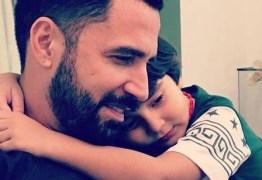 Latino brinca sobre terceiro filho Kelly Key