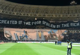 """VEJA VÍDEO: Africanos protestam em jogo do PSG: """"Criado pelos pobres, roubado pelos ricos"""""""