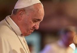 Papa Francisco coloca placa na porta de seu quarto com alerta: 'Proibido reclamar'