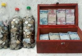 Família junta moedas em garrafas pet para viajar nas férias